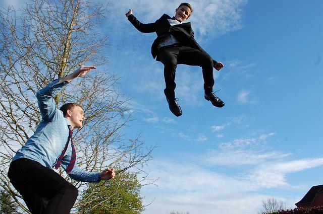 muži v oblecích, skok