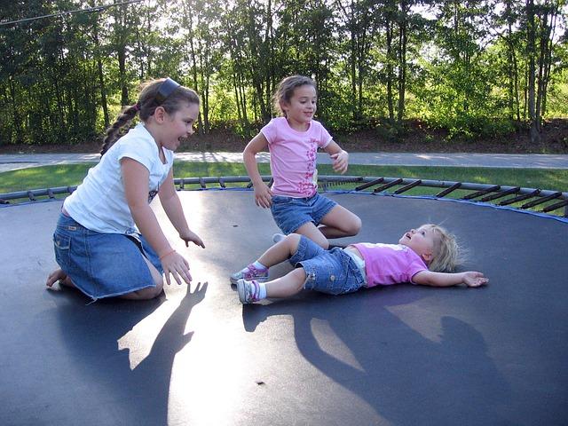 tři dívky na trampolíně