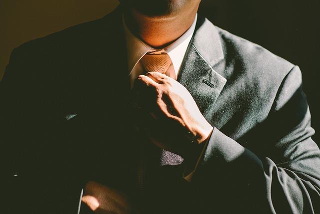 muž v obleku.jpg
