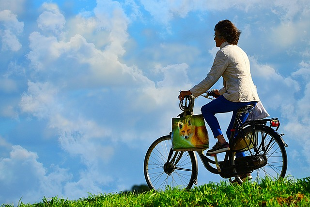 žena s taškou na kole