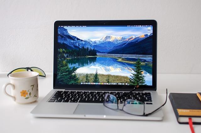 zapnutý macbook