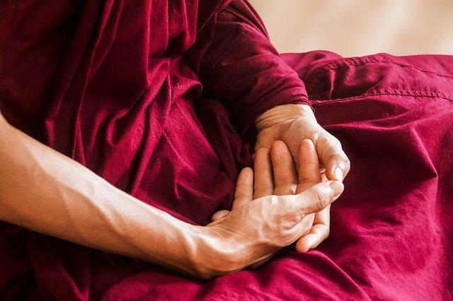 Ruce meditující osoby