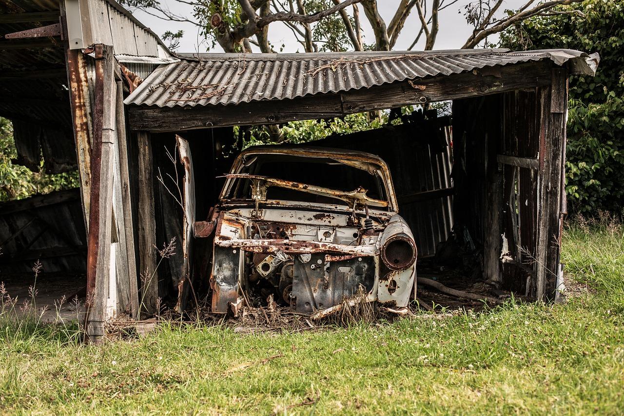 rozpadlá garáž